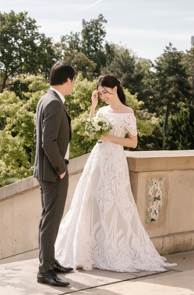 Ngày 2/12, hôn lễ của Á hậu Thanh Tú và bạn trai đại gia doanh nhân hơn 16 tuổi chính thức được tổ chức tại Hà Nội. Gia thế của vị đại gia được Á hậu Việt Nam 2016 lựa chọn để nâng khăn sửa áo đã nhận được sự quan tâm đặc biệt.