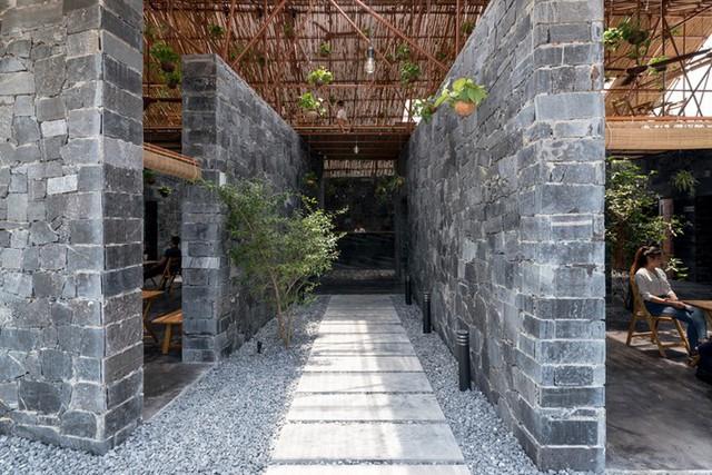 Tường nhà là những phiến đá ghép lại, dày 0,4 m, cao 3,4 m.