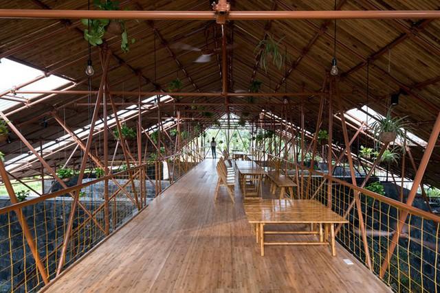 Mái nhẹ và sàn lửng được tạo nên từ các ống thép từng làm giàn giáo xây dựng kết hợp với các thanh tre đỡ mái, lát sàn.