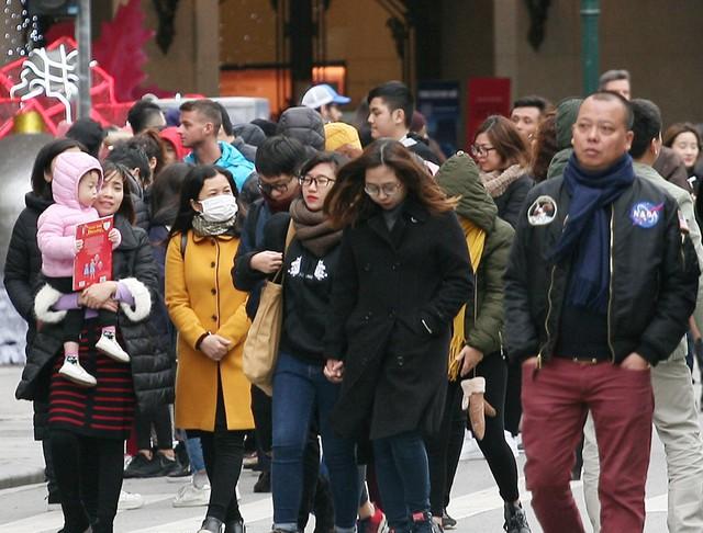 Nhiệt độ thấp kèm theo gió thổi khiến nhiều người cảm thấy run lên bần bật vì lạnh.