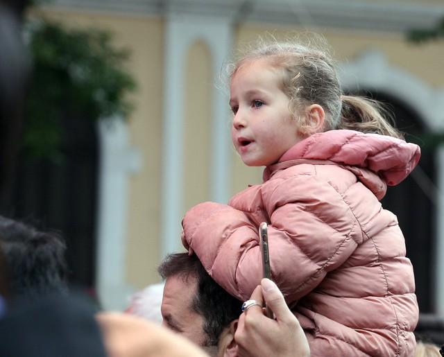 Một bé gái theo cha mẹ đi du lịch tại Việt Nam bị tấy đỏ da mặt vì giá lạnh.