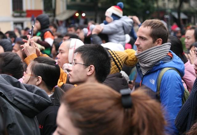 Nhiều du khách ngoại quốc cũng run lên vì lạnh buốt.