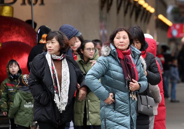 Nhiều người có tuổi phải khoác lên mình những chiếc áo đại hàn kèm theo khăn quàng cổ, găng tay.