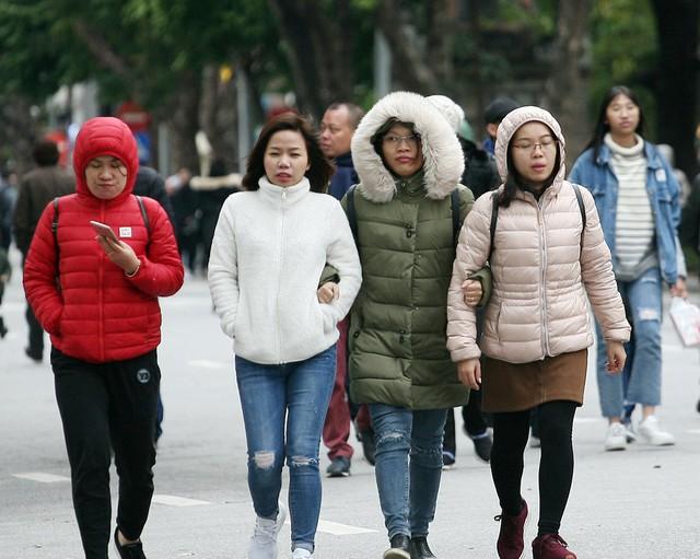 Chiều ngày 30/12 Hà Nội đã ngớt mưa phùn sau nhiều ngày nhưng nhiệt độ chỉ ở ngưỡng từ 9 - 10 độ C vẫn không quản được bước chân của người dân đi đến nhiều khu vực hưởng không khí năm mới.