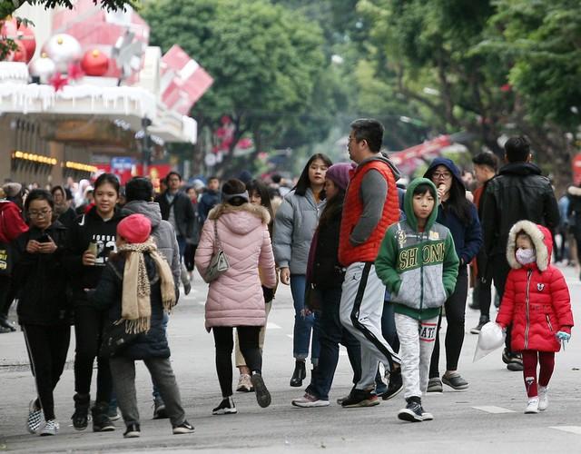 Rất nhiều trẻ nhỏ dù được cha mẹ trang bị quần áo ấm dày cộm nhưng vẫn phải rùng mình khi di chuyển trên các tuyến phố.