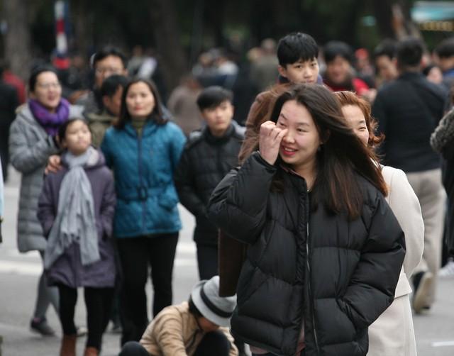 Cô gái trẻ ngoại quốc dù quen với thời tiết lanh giá nhưng cũng cảm nhận được giá rét của Hà Nội.