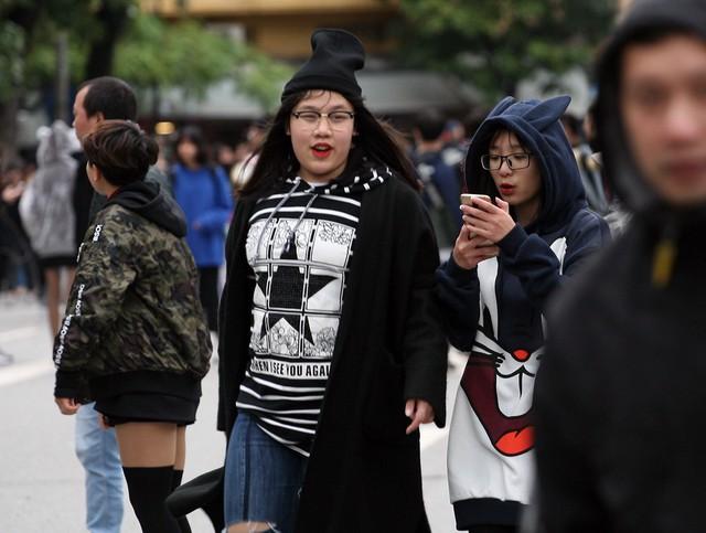 Thậm chí, nhiều bạn trẻ phải khoác lên mình nhiều chiếc áo ấm và mũ.