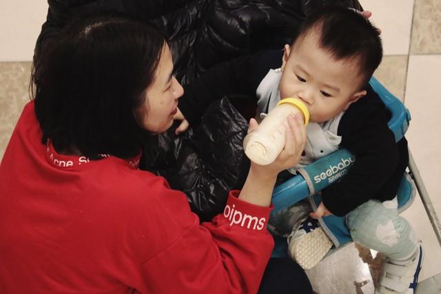 Khi đưa bé vài tháng tuổi đi chơi, nhiều bà mẹ đã chuẩn bị sẵn sữa bình phòng khi bé đói và quấy khóc.