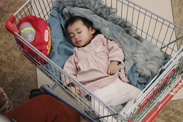 Em bé ngủ say sưa trong khu trung tâm thương mại ồn ào.