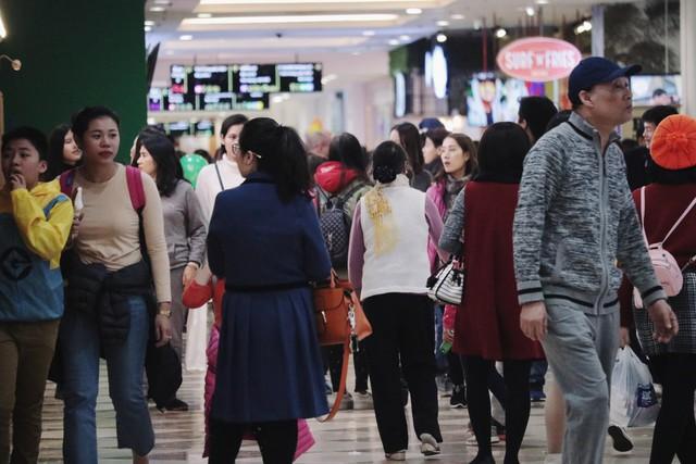 Không khí tại các khu vui chơi, các trung tâm thương mại cũng đông đúc không kém ngày cuối tuần trước nghỉ lễ.