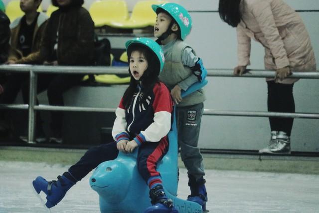 Khu trượt băng tại Trung tâm thương mại Royal City là điểm đến của nhiều trẻ. Tại đây, các phụ huynh có thể trượt băng cùng con hoặc để các bé tự khám phá, phát huy khả năng của mình.