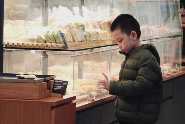 Trong hững ngày cuối năm, các ông bố bà mẹ đều chiều chuộng con bằng cách mua đồ chơi, bánh kẹo… cho các bé.