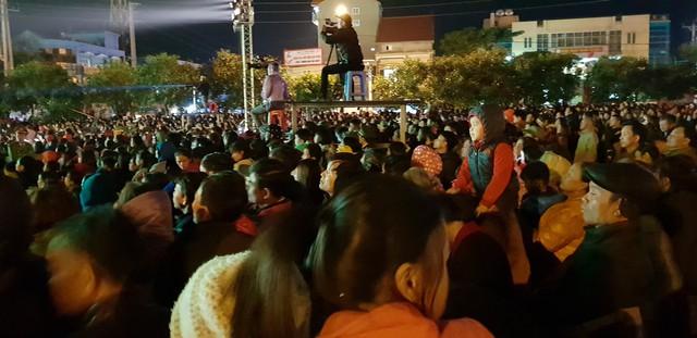 Từ 18h45, hàng nghìn người dân đã đổ về SVĐ huyện Nghi Xuân.