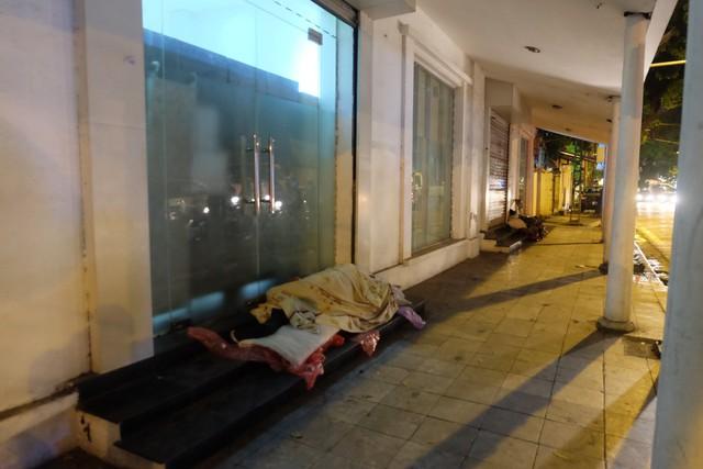 Cảnh nhiều người vô gia cư nằm co ro trong giá lạnh 9 độ C giữa Hà Nội.