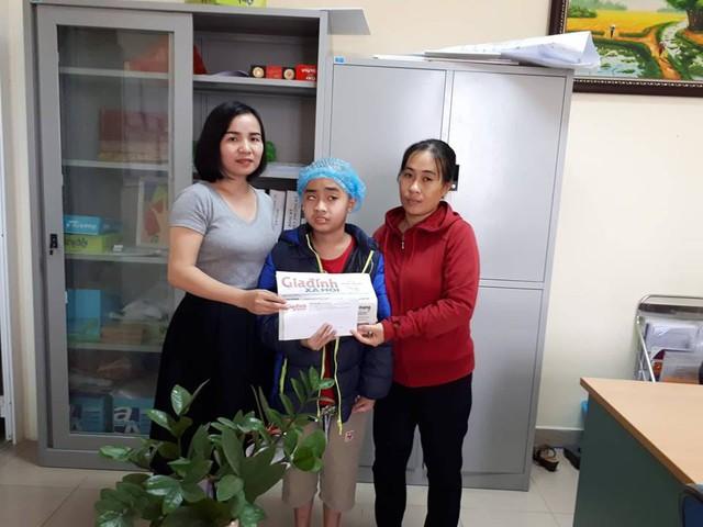 PV Phương Thuận đại diện chương trình vÒng tay nhân ái trao tiền cho mẹ con bé Hiếu
