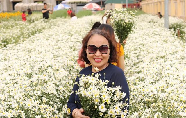 Nhiều người dân địa phương, du khách tìm đến vườn cúc hoạ mi của anh Hạnh để ngắm cảnh và chụp hình lưu niệm. Giá vé vào vườn là 20.000 đồng mỗi người, khách nào có nhu cầu mua hoa để tạo dáng thì giá từ 20.000 đến 50.000 đồng mỗi bó.