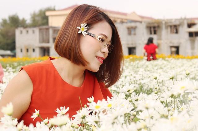 Chị Mai Trang đến từ Hà Nội cho biết, mấy ngày qua vườn cúc họa mi ở Hải Dương gây chú ý trên mạng xã hội. Nhân chuyến về Hải Dương cùng người thân, chị Trang tranh thủ ghé vào tham quan.
