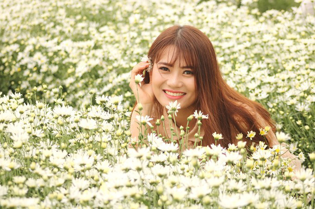 Hoa cài mái tóc là tạo hình được nhiều bạn trẻ ưa thích khi đến với nhà vườn của anh Hạnh.
