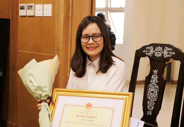 Cô giáo Dương Liên xuống thủ đô nhận Bằng khen của Bộ trưởng Bộ GD&ĐT vì có thành tích xuất sắc trong giáo dục trẻ khuyết tật năm học 2017-2018. (Ảnh: Lệ Thu)