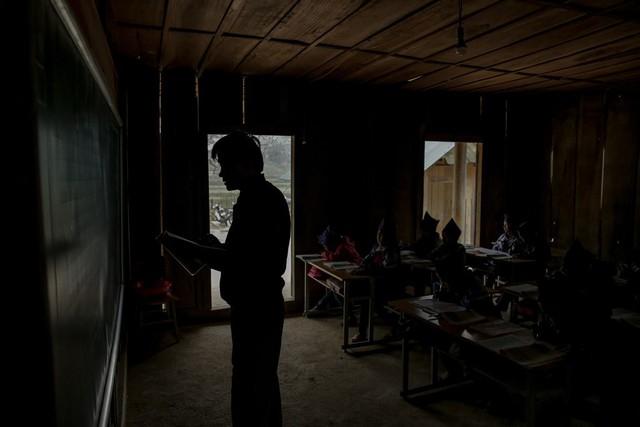 Thầy giáo Tri Lễ ân cần dạy dỗ, chăm sóc các em học sinh.