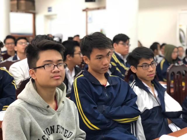 Học sinh trường THPT Việt Đức lắng nghe thông tin mới về thi THPT quốc gia 2019