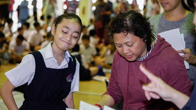 Ngoài việc trấn an học trò, cô Azlina cũng nhấn mạnh tầm quan trọng của việc khuyến khích chúng kiên trì và ghi nhận những thành tích của chúng.