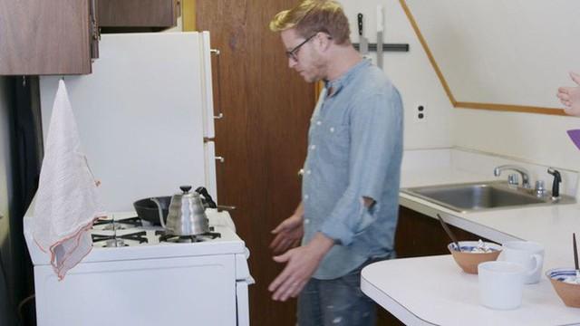 Nick quá chán nản với căn bếp cũ mèm và quyết định cùng với vợ cải tạo lại nó ngay lập tức.