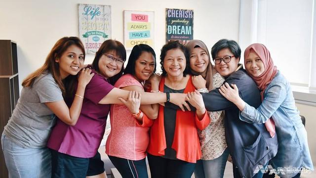 Hiệu trưởng của trường, bà Tabitha Wong cùng các đồng nghiệp đã ôm cô Azlina thật chặt ngay sau khi buổi phỏng vấn kết thúc.