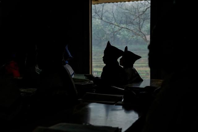 Trong lớp học bóng tối có những đôi mắt rất sáng hướng lên bục giảng.