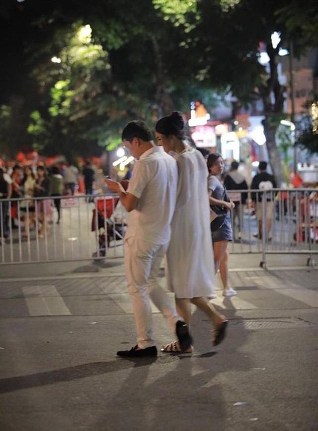 Cả hai được bắt gặp có nhiều khoảnh khắc tình tứ, liên tục trò chuyện vui vẻ. Nhiều người cảm nhận được sự giản dị, bình yên trong loạt ảnh của đôi vợ chồng son trên phố đi bộ tối qua.