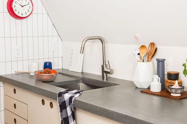 Thiết kế tủ thấp với nhiều ngăn lưu trữ đồ cho nhà bếp được thay thế cho nội thất cũ.