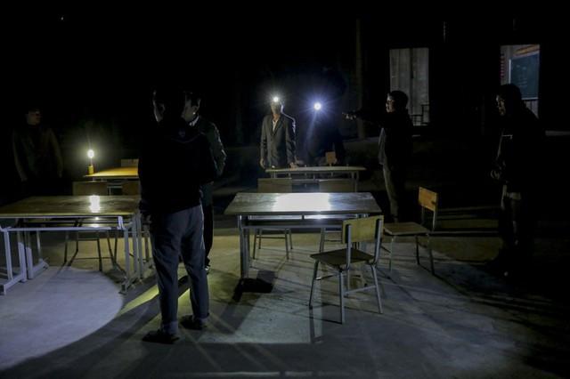 Ánh đèn pin là nguồn sáng để các thầy làm việc khi đêm xuống.