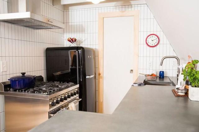 Các đồ nội thất trong nhà bếp được cặp đôi lựa chọn cẩn thận vì diện tích nhỏ không cho phép.