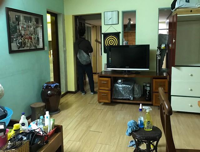 Căn hộ tập thể nằm trên tầng 4 khu tập thể phố Lê Phụng Hiểu, quận Hoàn Kiếm, Hà Nội, chỉ rộng 30 m2, bao gồm một phòng khách, phòng ngủ và một nhà vệ sinh.