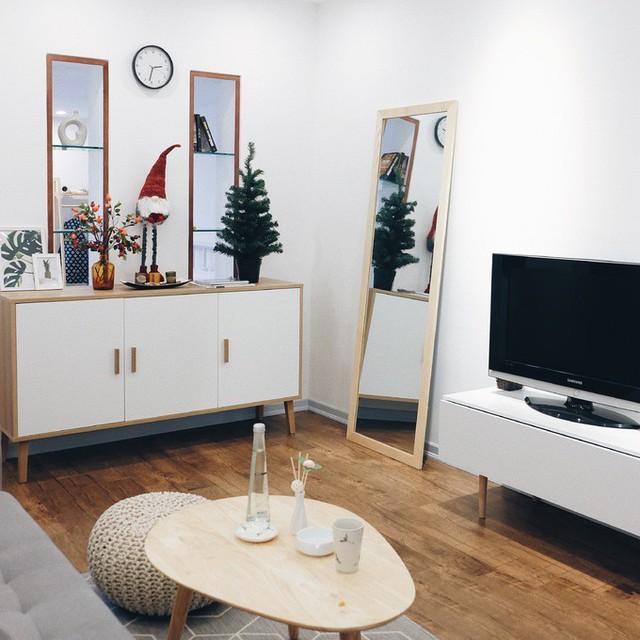 Tông màu được sử dụng xuyên suốt ngôi nhà là trắng, ghi xám và màu gỗ mang lại cảm giác sang trọng, sạch sẽ.