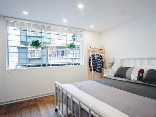 Khu vực phòng ngủ đơn giản, ấm cúng với hệ cửa cuốn giúp gia chủ lấy ánh nắng tự nhiên vào phòng, kéo lên hạ xuống theo nhu cầu.