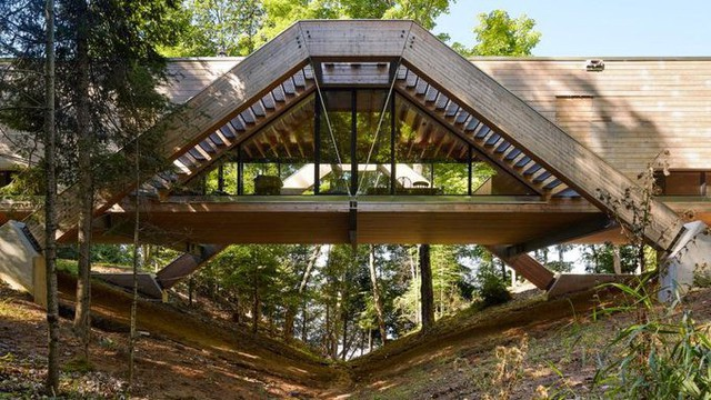 Ngôi nhà rộng 230 m2, nằm trên một cầu gỗ dài 38m, cao 6 m so với khe núi, nối hai bờ thung lũng ven hồ Mary ở Ontario, cách thành phố Toronto, Canada 2 giờ đi xe về phía Bắc.