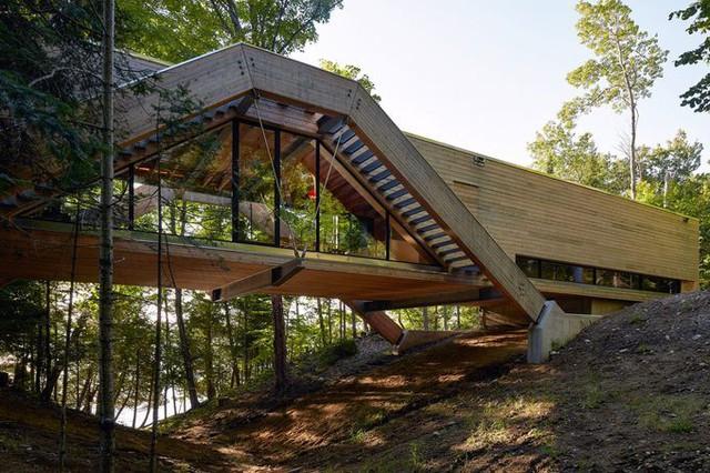 Cấu trúc chính ngôi nhà được làm bằng gỗ, với hai dầm lớn ở hai bên trải dài qua thung lũng, được neo bởi các mố bê tông. Một sàn gỗ liên kết các dầm lại với nhau, tạo cho ngôi nhà có dạng hình thang.