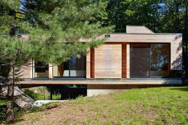 Nhà có hai phòng ngủ và phòng tắm riêng biệt, được đặt ở hai đầu cầu, cũng chính là hai lối vào nhà.
