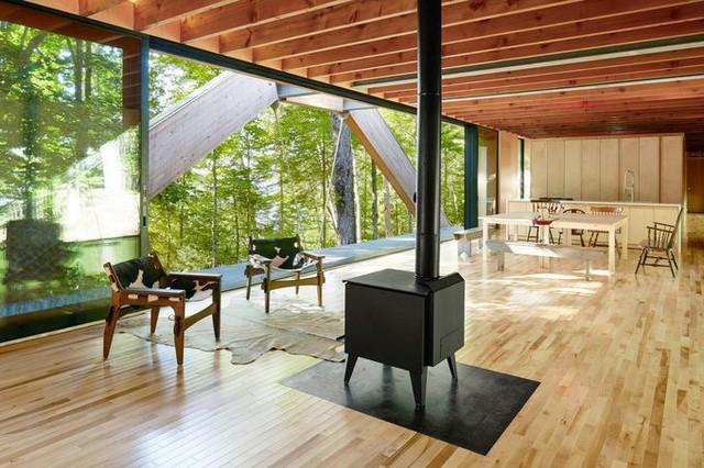 Nhà bếp và phòng khách nằm ở trung tâm của ngôi nhà. Một lò sưởi nhỏ màu đen được đặt chính giữa là điểm nhấn cho căn phòng.