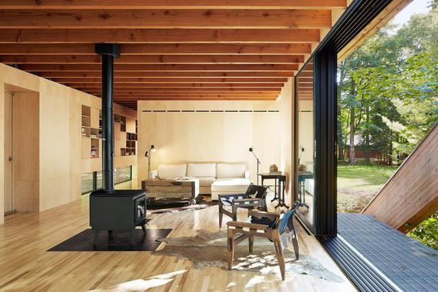 Nội thất nhà khá đơn giản, chủ yếu làm bằng gỗ, phù hợp với kết cấu nhẹ của ngôi nhà.