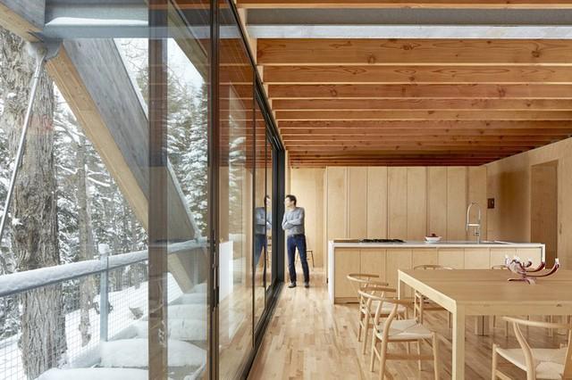 Ngôi nhà có hai mặt tiền. Một mặt là các tấm cửa kính trượt lớn, mở ra ban công, giúp liên kết ngôi nhà với môi trường bên ngoài. Mặt này hướng ra phía hồ Mary.