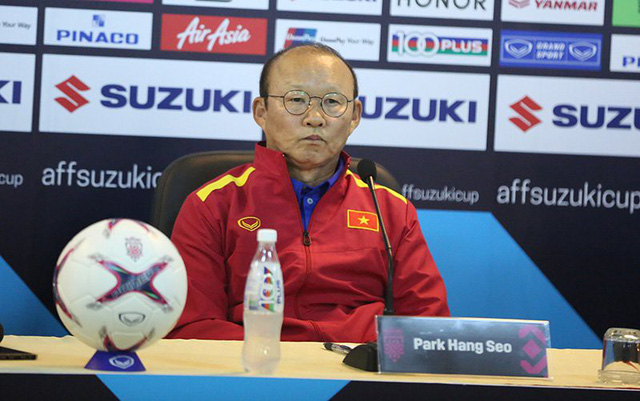 HLV Park Hang-seo trả lời phỏng vấn ở trụ sở Liên đoàn bóng đá Việt Nam hôm nay, một ngày trước trận quyết chiến với Philippines.