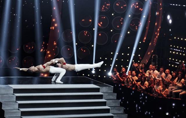 Tối 15/11, Quốc Cơ - Quốc Nghiệp có buổi trình diễn để xác lập kỷ lục thế giới mới về xiếc chồng đầu tại Italy. Ban đầu họ thực hiện các động tác giữ thăng bằng cơ bản, thể hiện sức mạnh của đôi tay.