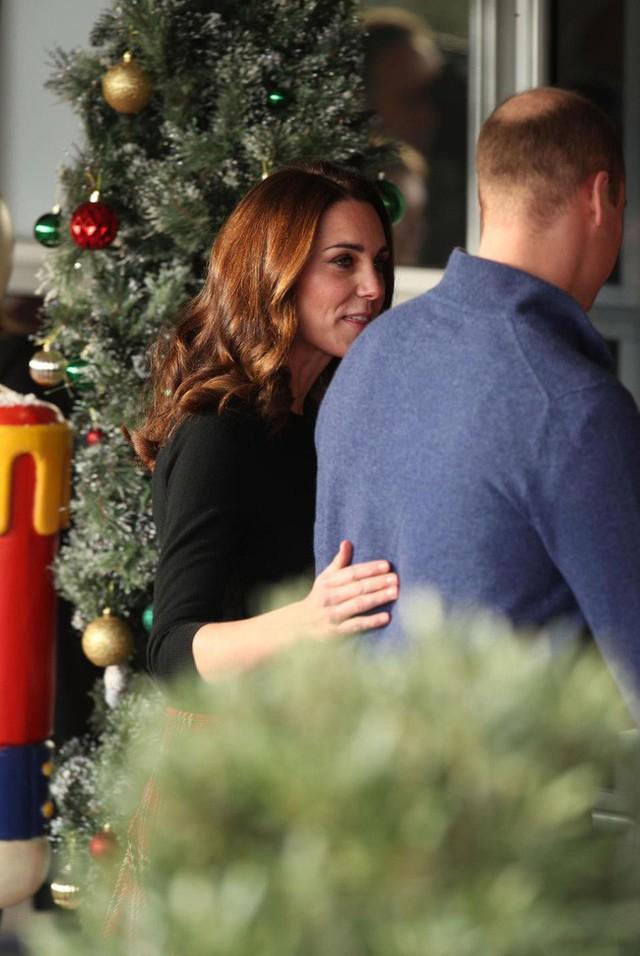 Công nương Kate chủ động đặt tay lên lưng chồng âu yếm, tình tứ.