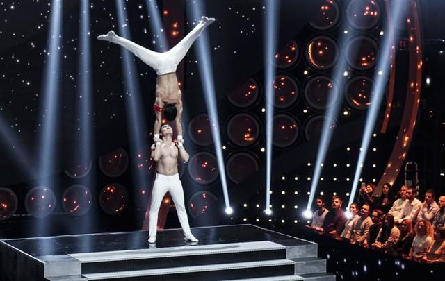 Cặp đôi xiếc cởi trần, khoe hình thể lực lưỡng, săn chắc. Buổi trình diễn tổ chức ở một studio do thời tiết tháng 11 tại Italy rất lạnh, không thuận lợi để biểu diễn ngoài trời.