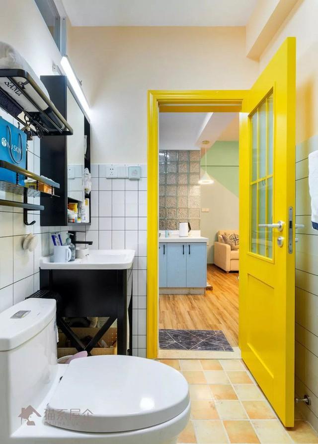 Phòng tắm với cánh cửa vàng bắt mắt.