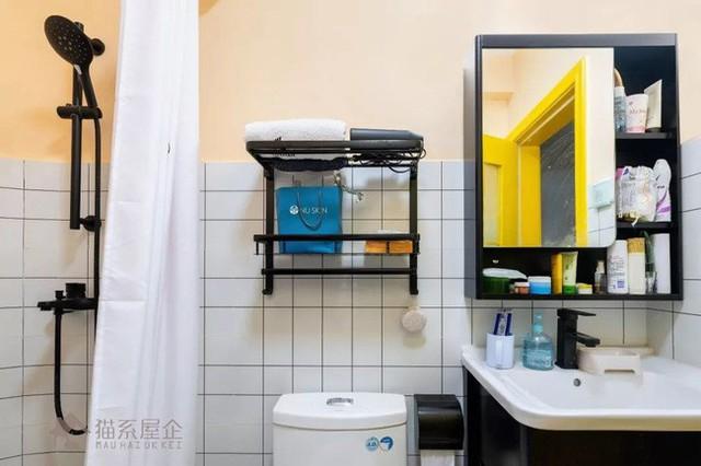 Góc để đồ trang điểm và bồn rửa mặt, toilet.