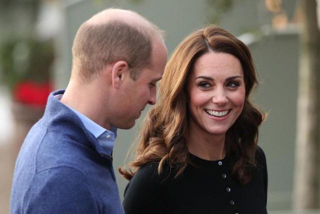 Công nương Kate liếc nhìn chồng đầy tình cảm.