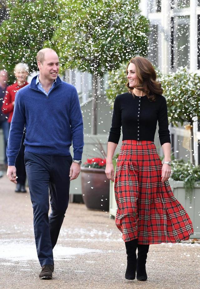 Cặp đôi rạng rỡ sánh bước bên nhau bỏ sau lưng tin đồn mâu thuẫn với cặp đôi Harry - Meghan.